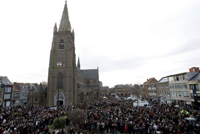 Een stoet van naar schatting zesduizend mensen trok langs de crèche waar vrijdag een bloedbad werd aangericht. Foto AP/Virginia Mayo Beeld