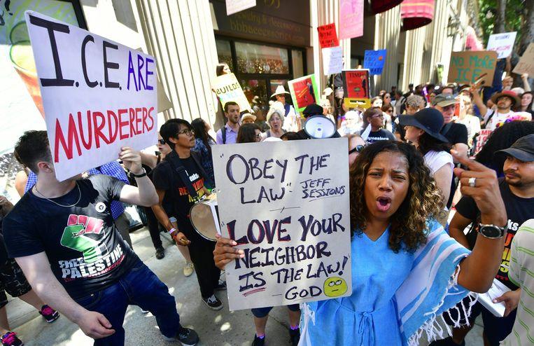 Amerikanen demonstreren tegen het immigratiebeleid van de regering voor een hotel in Los Angeles waar minister van Justitie Jeff Sessions een toespraak houdt. Beeld null