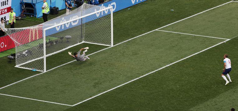 Harry Kane (Engeland) scoort een penalty tegen Panama. Beeld REUTERS