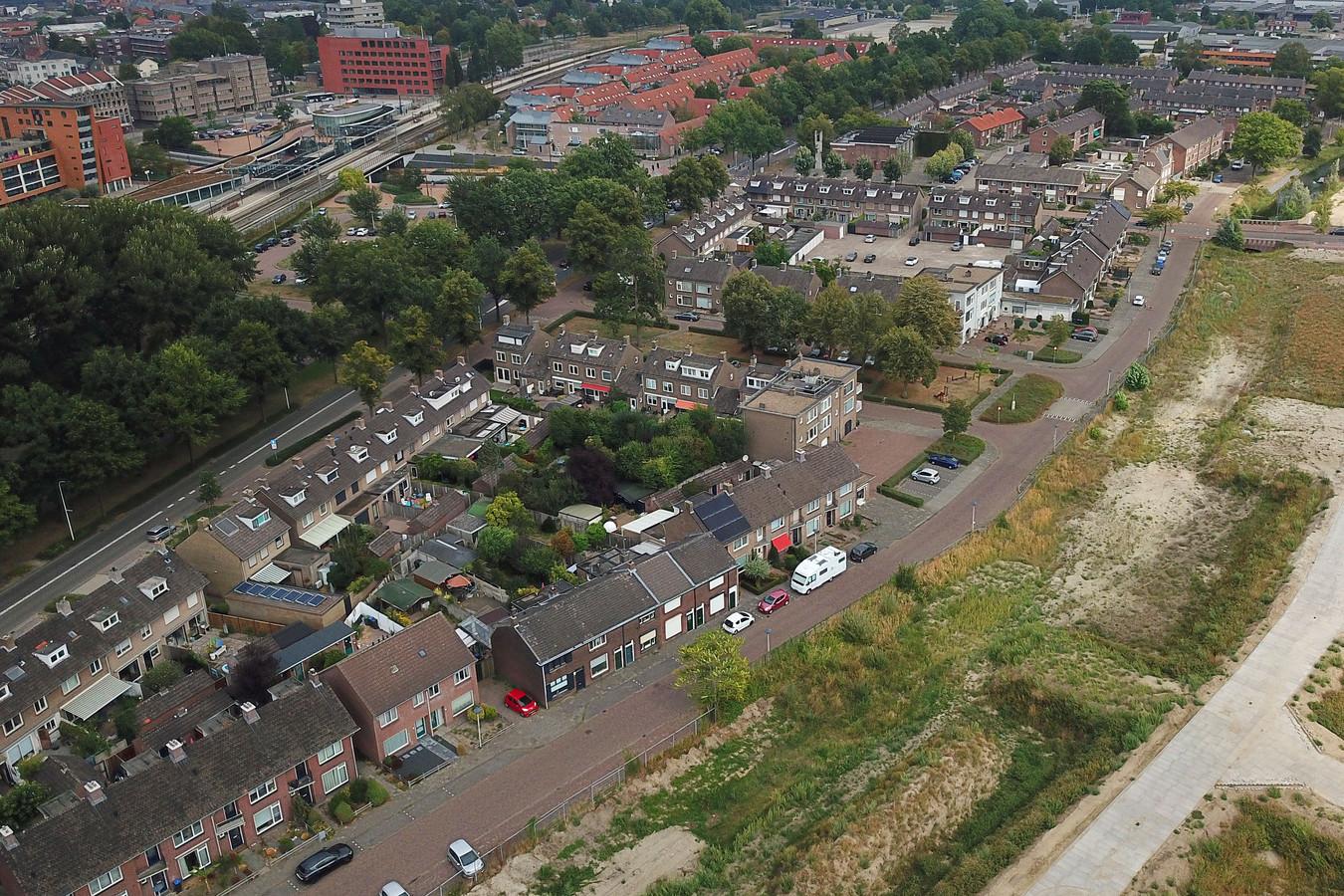 De Annawijk in Helmond, ingeklemd tussen het spoor (linksboven) en nieuwbouwwijk Suytkade (rechts).