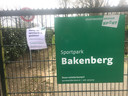 De toegangspoort op sportpark De Bakenberg in Arnhem-Noord. De Bakenberg is de thuishaven van voetbalclub SML en hockeyclub Upward.