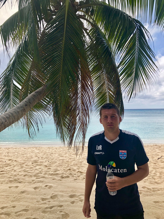 Voetbaltrainer Lars van Rijnberk uit Zwolle traint een jeugdteam op de Kaaimaneilanden. Deze zomer kwam hij met dat team naar Nederland om deel te nemen aan internationale toernooien.