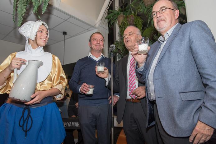 Maatschappelijk restaurant Het Melkmeisje in Kruiningen is officieel geopend; vlnr. melkmeisje, Jan van Blarikom, wethouder Hans de Kunder en Peter Bevers van R&B wonen;