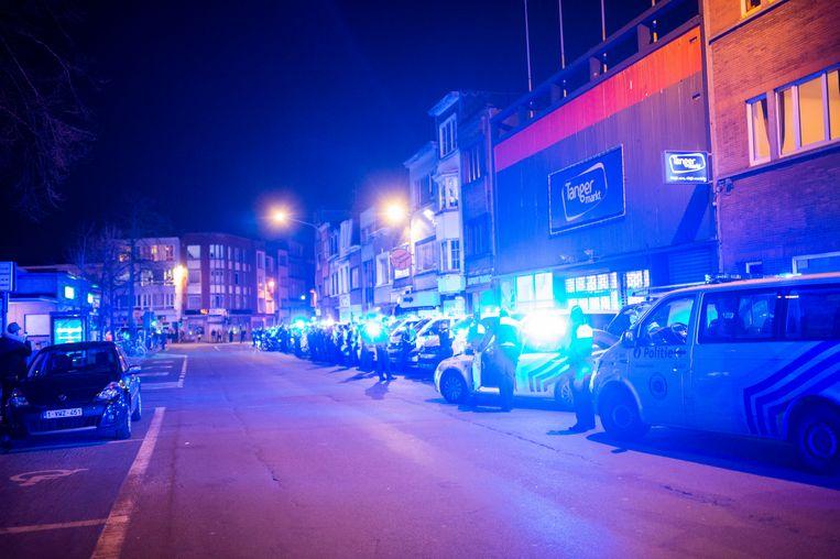 De Antwerpse politie eerde de zorgsector door te verzamelen aan het Stuivenbergziekenhuis en de zwaailichten aan te zetten.