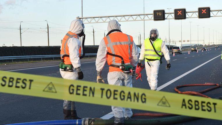 Het asbesthoudende puin kwam in de avondspits op de drukste snelweg van Nederland terecht Beeld ANP