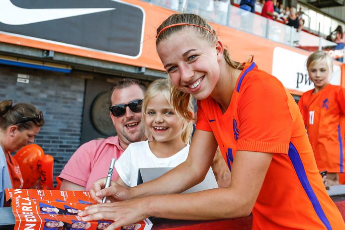 Jackie Groenen deelt handtekeningen uit aan jonge fans.