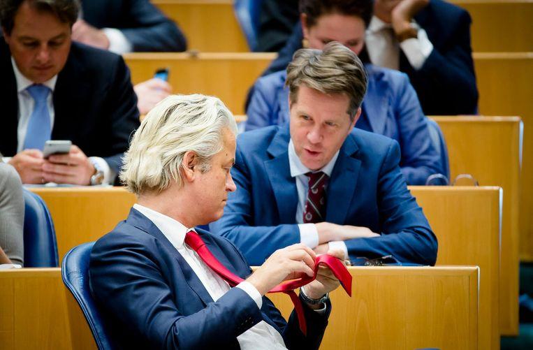 PVV-fractievoorzitter Geert Wilders overlegt met Martin Bosma (achter). Beeld anp