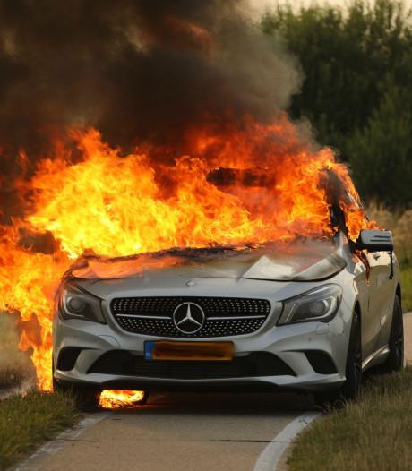 Mercedes vliegt tijdens het rijden in brand in Lithoijen