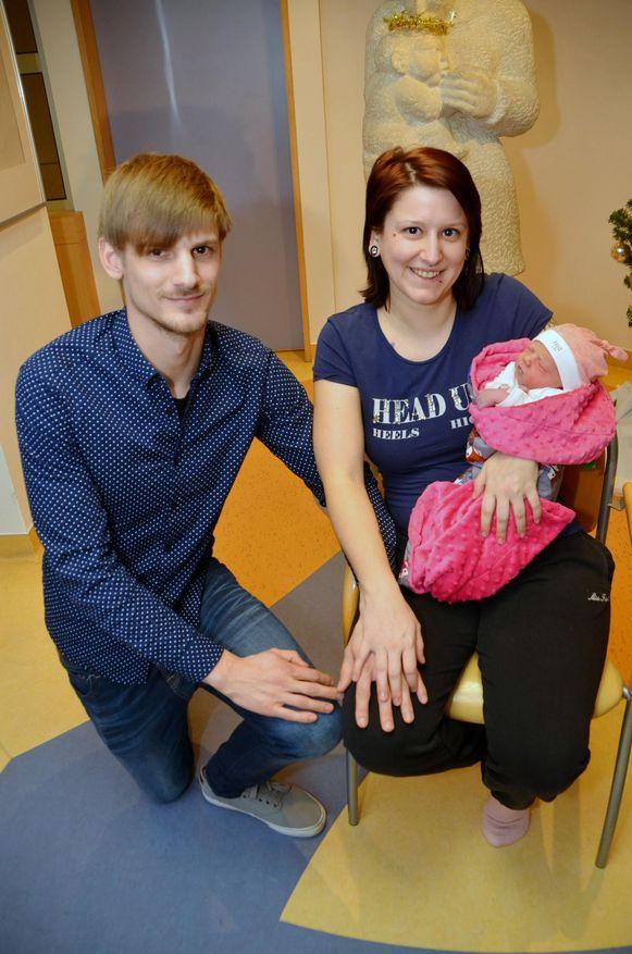 Silke De Schepper (24) en Andy Schaep (26) met baby Allie (2,929 kilo, 47 centimeter, geboren om 15.56uur).