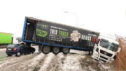 Zwaargewond na klap tegen truck in schaar