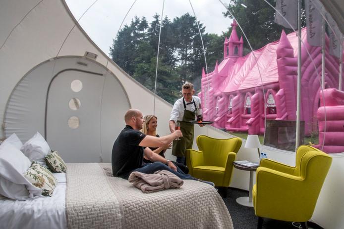 Sylvia en John slapen in de Kermis Bubble bij Auberge du Bonheur