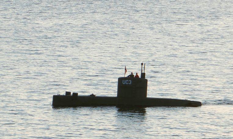 Deze foto toont een vrouw en een man die op de toren van de UC3 Nautilus van Peter Madsen staan. De foto werd genomen op 10 augustus 2017, de dag dat Kim Wall verdween. Beeld AFP