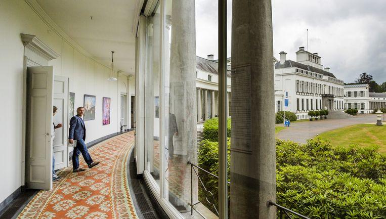 Bezoekers van Paleis Soestdijk in Baarn. De overheid heeft een prijs uitgeloofd voor het beste idee voor een nieuwe functie van het paleis plus park. Beeld Freek van den Bergh / de Volkskrant