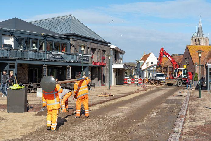 De herinrichting van de Hogezoom. Trottoirs en straat zijn op één niveau aangelegd, zodat je lekker breeduit dwars door het dorp kunt lopen