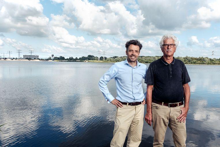 Pieter Willems (links) en Peter Verbeek van de Bewonersvereniging Zijkanaal H, die zich verzet tegen de plannen voor de 150 meter hoge windmolens langs de Noorder IJplas. Beeld Jakob van Vliet