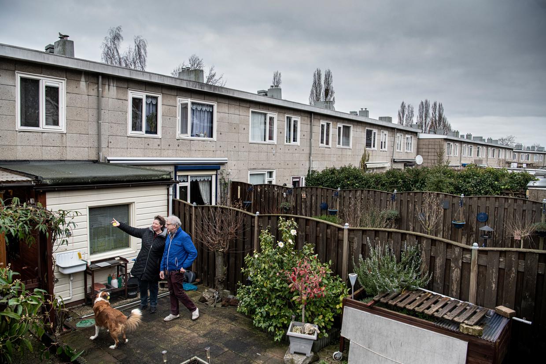 Coen Vernooij en en zijn buurvrouw Sandy van Rooij in hun achtertuintje in Jerusalem, een oude wijk in Nijmegen.
