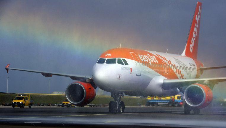 Een Airbus A319 van Easyjet krijgt een welkomstdouche van de luchtavenbrandweer op Schiphol. Sinds maart heeft de Britse maatschappij permanent vijf toestellen op hetr vliegveld gestationeerd Beeld anp