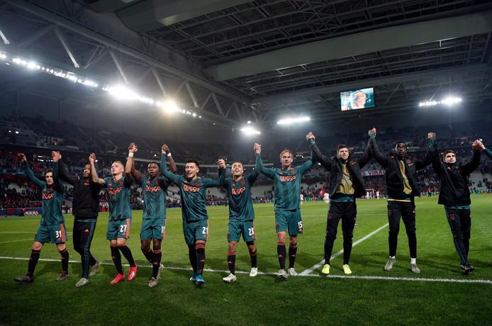De Ajax-speler vieren feest in Lille, waar de ploeg voor de veertiende keer ongeslagen bleef in een Europese uitwedstrijd.