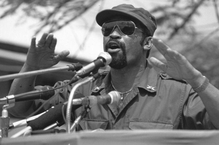 Desi Bouterse, toen legerleider, in 1986 tijdens een toespraak in Paramaribo. De vijftien Surinamers die op 8 december 1982 werden geëxecuteerd in Fort Zeelandia, werden door zijn militaire regime ervan beschuldigd een coup te willen plegen. Na hun dood werd gezegd dat ze op de vlucht waren doodgeschoten. Beeld ANP