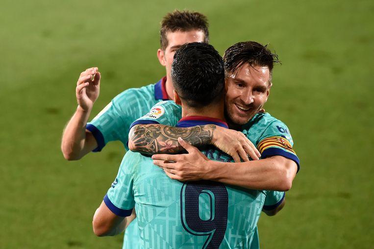 Messi knuffelt Luis Suarez.