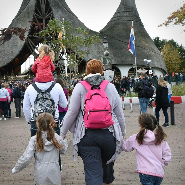 Drukte van ouders die met kinderen naar pretpark De Efteling gaan. Hondderdduizenden ouders krijgen een nabetaling van het kindgebonden budget.  Beeld Marcel van den Bergh