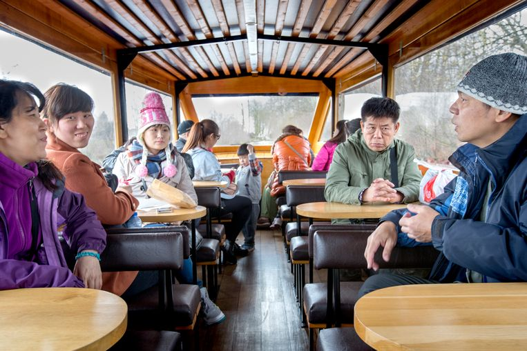 Rondvaartboot met Aziatische toeristen in Giethoorn. Beeld Hollandse Hoogte / Herman Engbers
