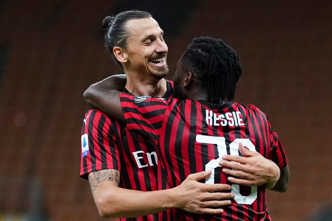 Zlatan Ibrahimovic en Franck Kessié knuffelen na de 2-2.