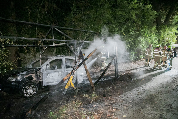 Een auto en partytent gaan in vlammen op in Arnhem.