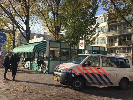 De politie bij de snackbar aan de Erasmusweg in Den Haag.
