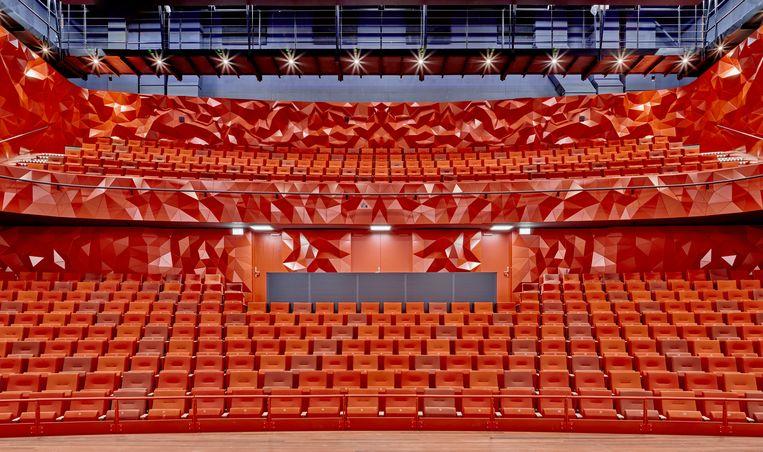 De grote zaal van Theater Zuidplein telt 600 stoelen en 6.000 unieke driehoeken van aluminium die de akoestiek optimaliseren. Het toneel is om te bouwen tot een stazaal voor 1.000 bezoekers. Beeld StudioRAP