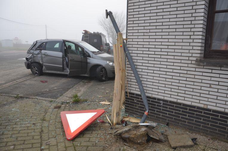 Bij het ongeval sneuvelde ook een verkeersbord.