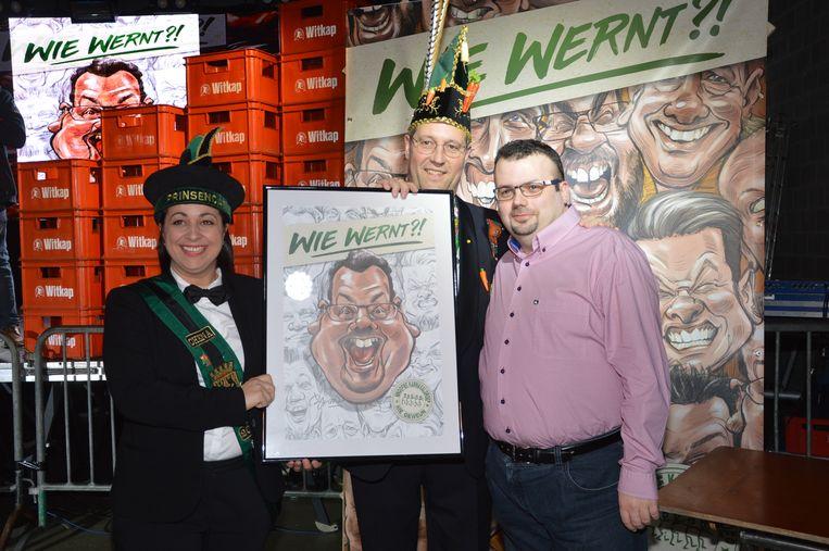 Sammy van 'Vantautj op tasj' ontvangt zijn karikatuur van prins Chena en Karnavalraadvoorzitter Pascal Carael.