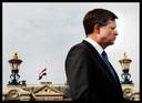 Jan Peter Balkenende voor paleis het Loo, enkele uren na de aanslag. De vlag op het paleis hangt halfstok.