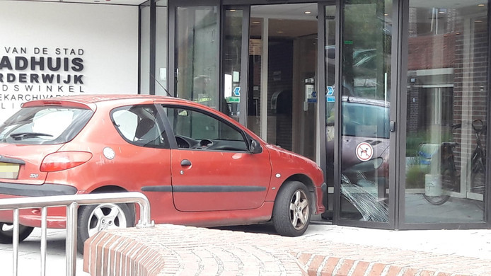 Auto tegen ingang, stadhuis Harderwijk ontruimd.