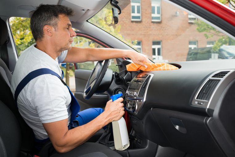 Gebruik bij het schoonmaken van je auto-interieur bij voorkeur producten op waterbasis.