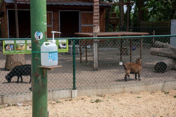 Overal in het park hangen dispensers met ontsmettingsmiddelen omhoog.