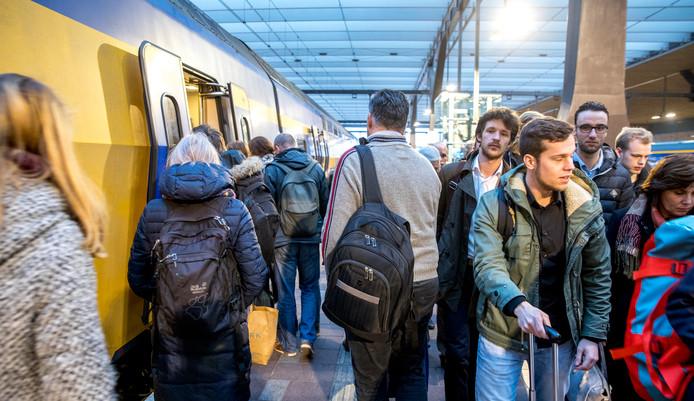 Reizigers tijdens de avondspits op station Rotterdam Centraal.