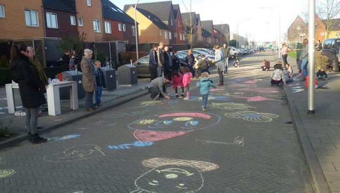 Een dag na het ongeluk tekenden de kinderen uit de straat allerlei tekeningen op de stoep.