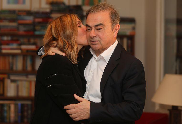 Voormalig topman van Nissan, Carlos Ghosn, en zijn vrouw poseren in januari dit jaar in Libanon.