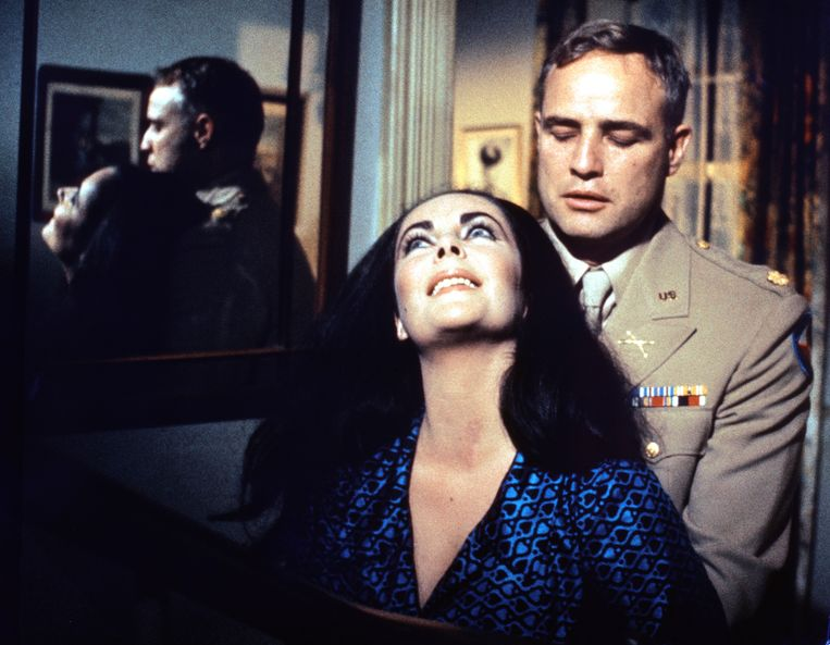British actress Elizabeth Taylor and American actor Marlon Brando on the set of Reflections in a Golden Eye, directed by John Huston. (Photo by Sunset Boulevard/Corbis via Getty Images) Beeld Corbis via Getty Images