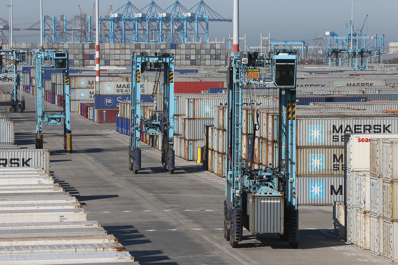 De terminal van APMT-R op de Maasvlakte. Hier rijden chauffeurs in zogeheten 'straddle carriers' de containers rond. Bij de moderne overslagbedrijven gebeurt dat gerobotiseerd.