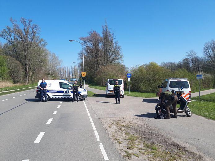 Politie en handhaving blokkeren de Baanhoekweg.