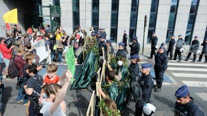 Brusselse politie sluit milieuactivisten Extinction Rebellion in tijdens laatste deel betoging: 50 activisten aangehouden