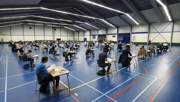 Het Jacob-Roelandslyceum is met toestemming van de gemeente voor de laatste schoolexamens uitgeweken naar sporthal De Braken waar - met meer dan twee meter tussen de tafeltjes - plaats is voor ongeveer 95 leerlingen.