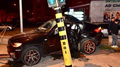 Straatrace loopt verkeerd af: BMW slaat  te pletter tegen verkeerslicht