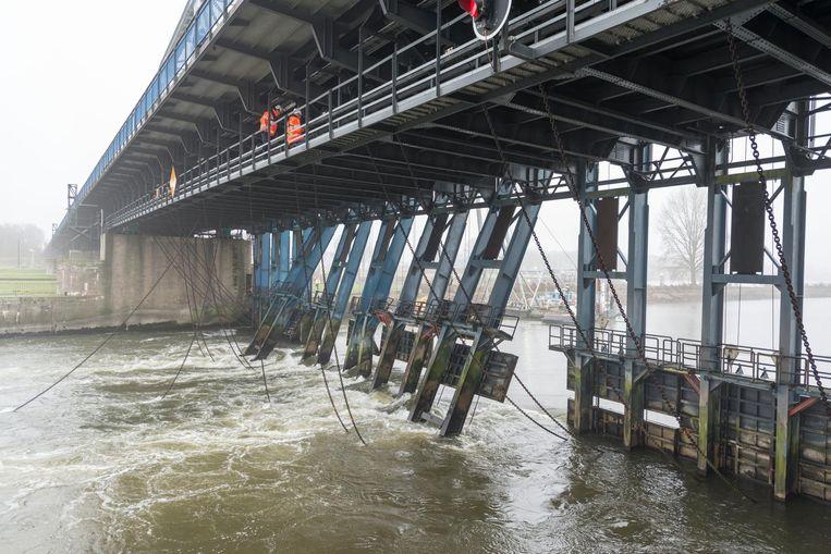 Afgelopen weekend is onderzocht of het waterpeil bij de stuw in Lith met een meter kan worden verhoogd om drooggevallen woonboten drijvend te krijgen, maar dat heeft geen zin Beeld