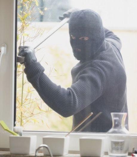Inbreker loopt met gestolen laptop over straat in Tilburg en wordt herkend