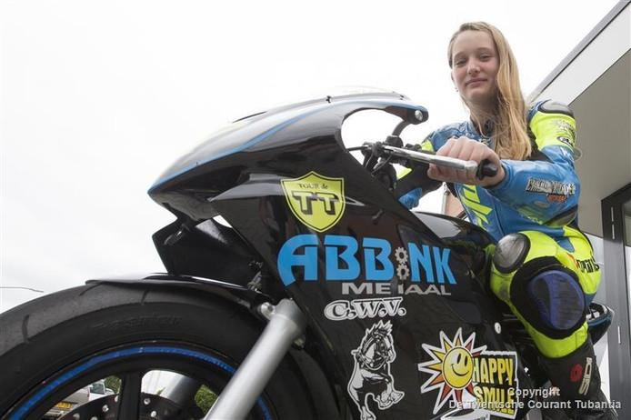 Mieke Abbink is pas 13 jaar en doet mee met motorraces tussen de jongens