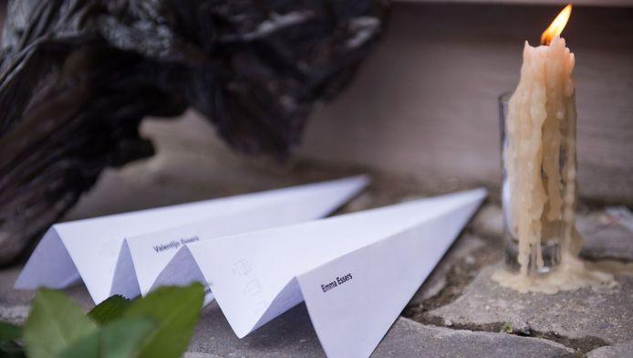 Papieren vliegtuigjes en kaarsen voor de Nederlandse ambassade in Moskou, ter herinnering aan de slachtoffers van vlucht MH17.