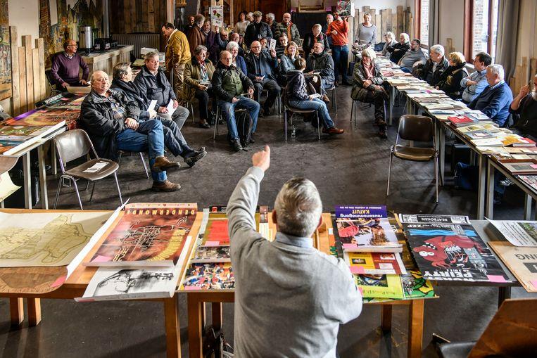 In de bovenzaal van café 't Peirt konden geïnteresseerden bieden op hun favoriete Dendermondse items.